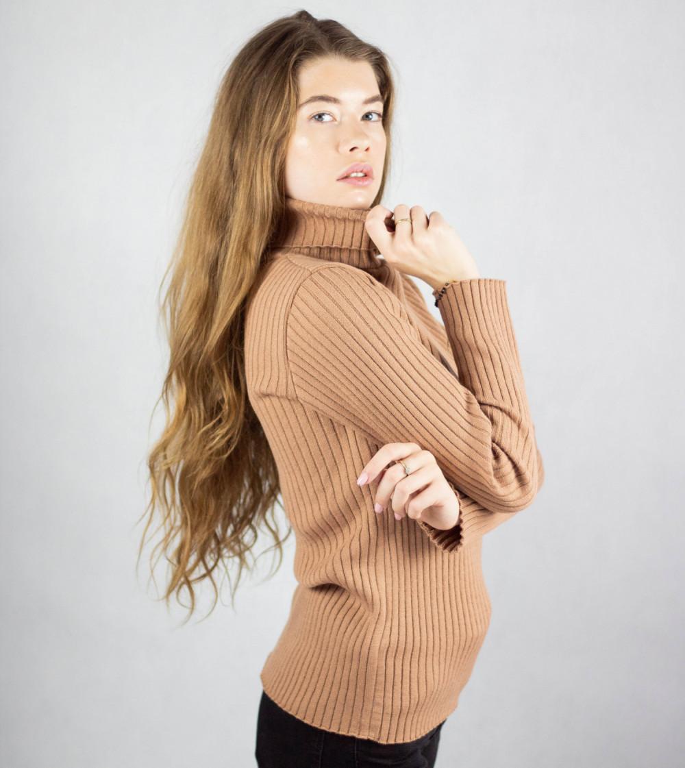 Brązowy sweter z golfem Selena 2