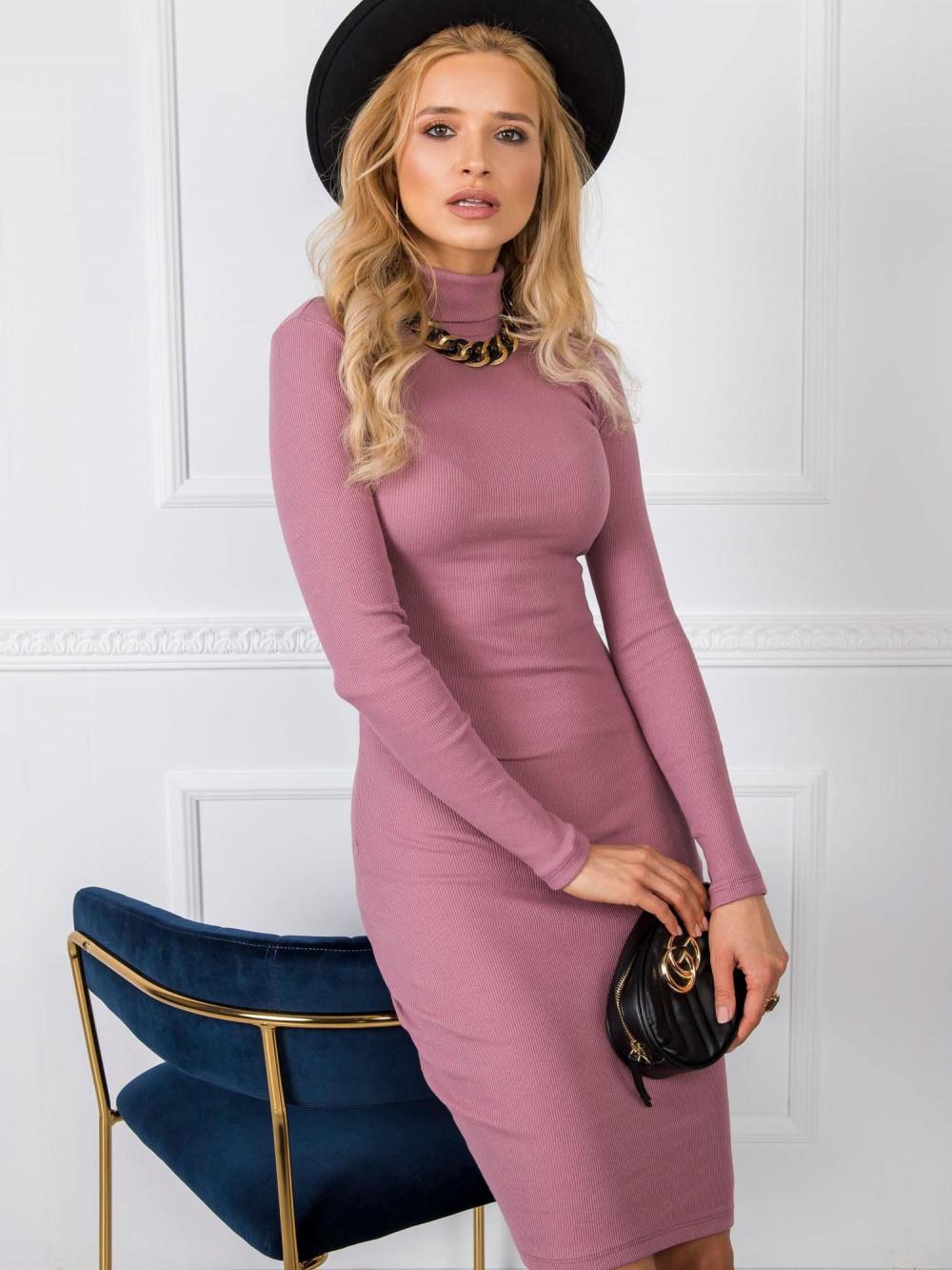 Brudnoróżowa dopasowana sukienka z golfem Amboise 3
