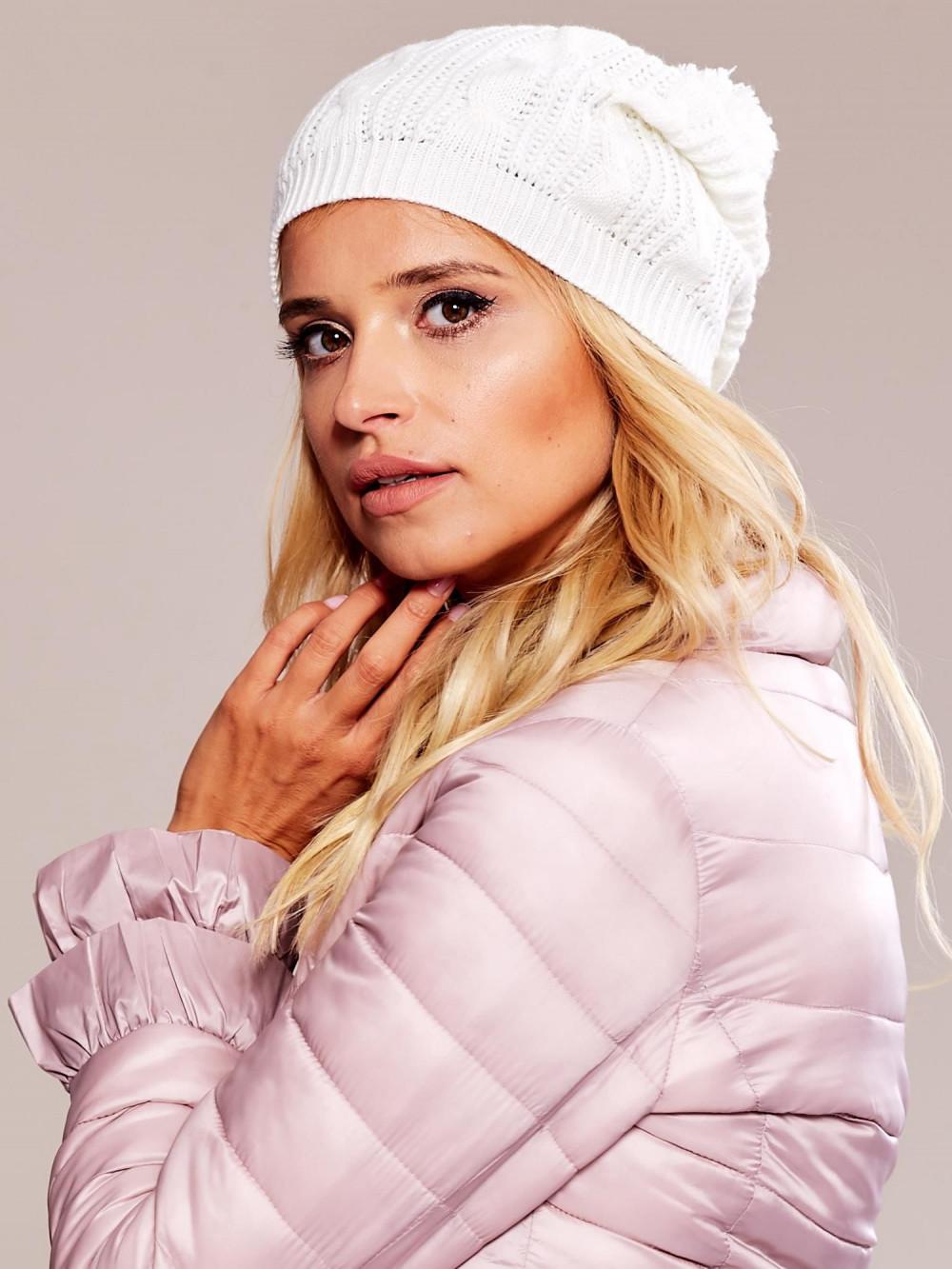 Biała czapka damska z pomponem Roanne 1