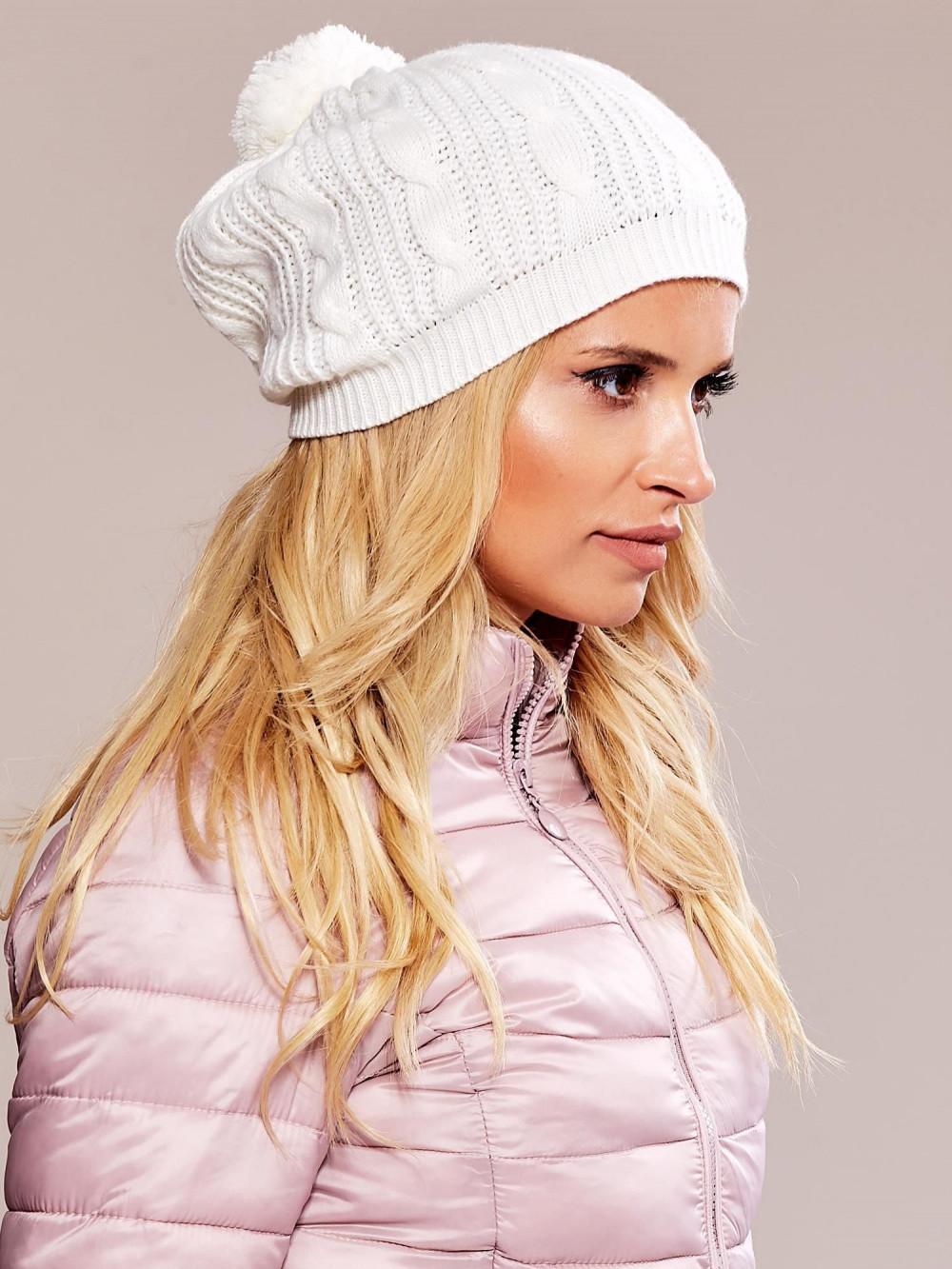 Biała czapka damska z pomponem Roanne 2