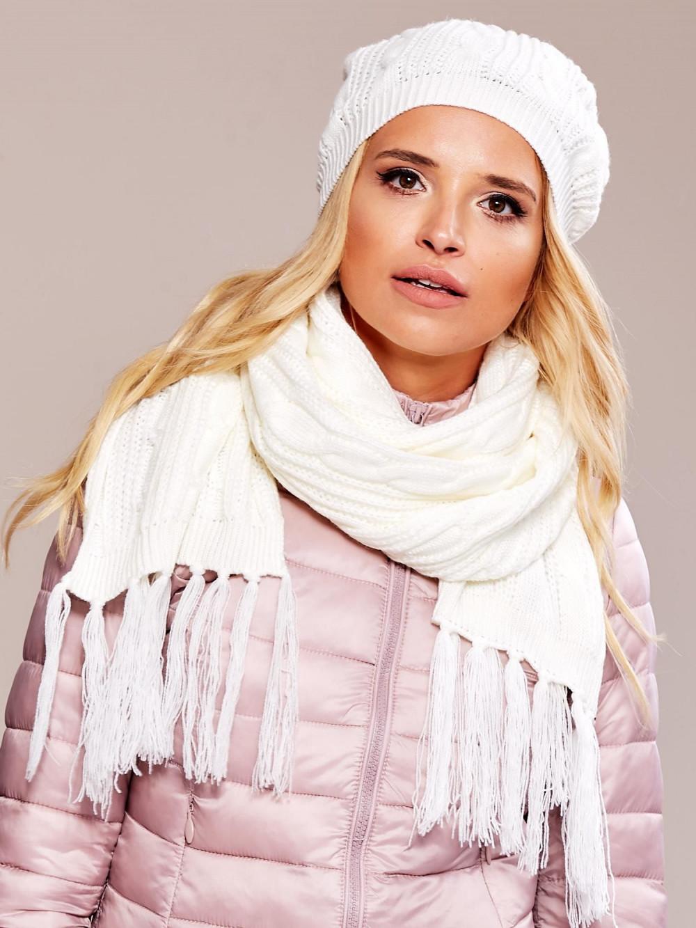 Biała czapka damska z pomponem Roanne 3