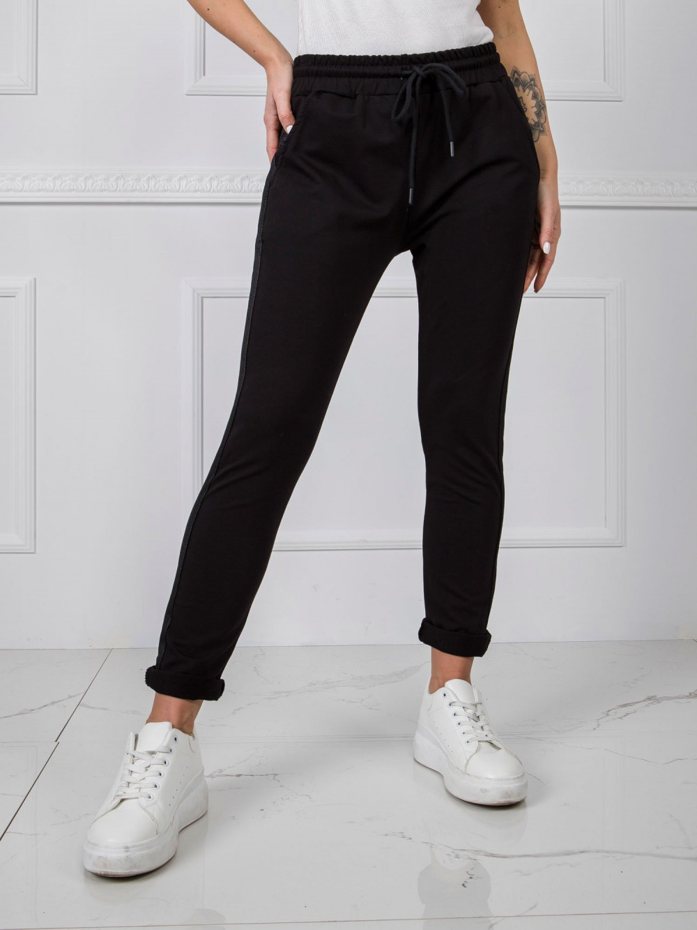 Czarne dresowe spodnie z lampasami Nikki 2