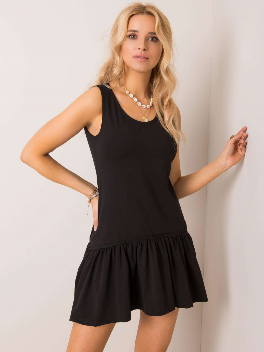 Czarna sukienka bez rękawów z falbanką Saint 1