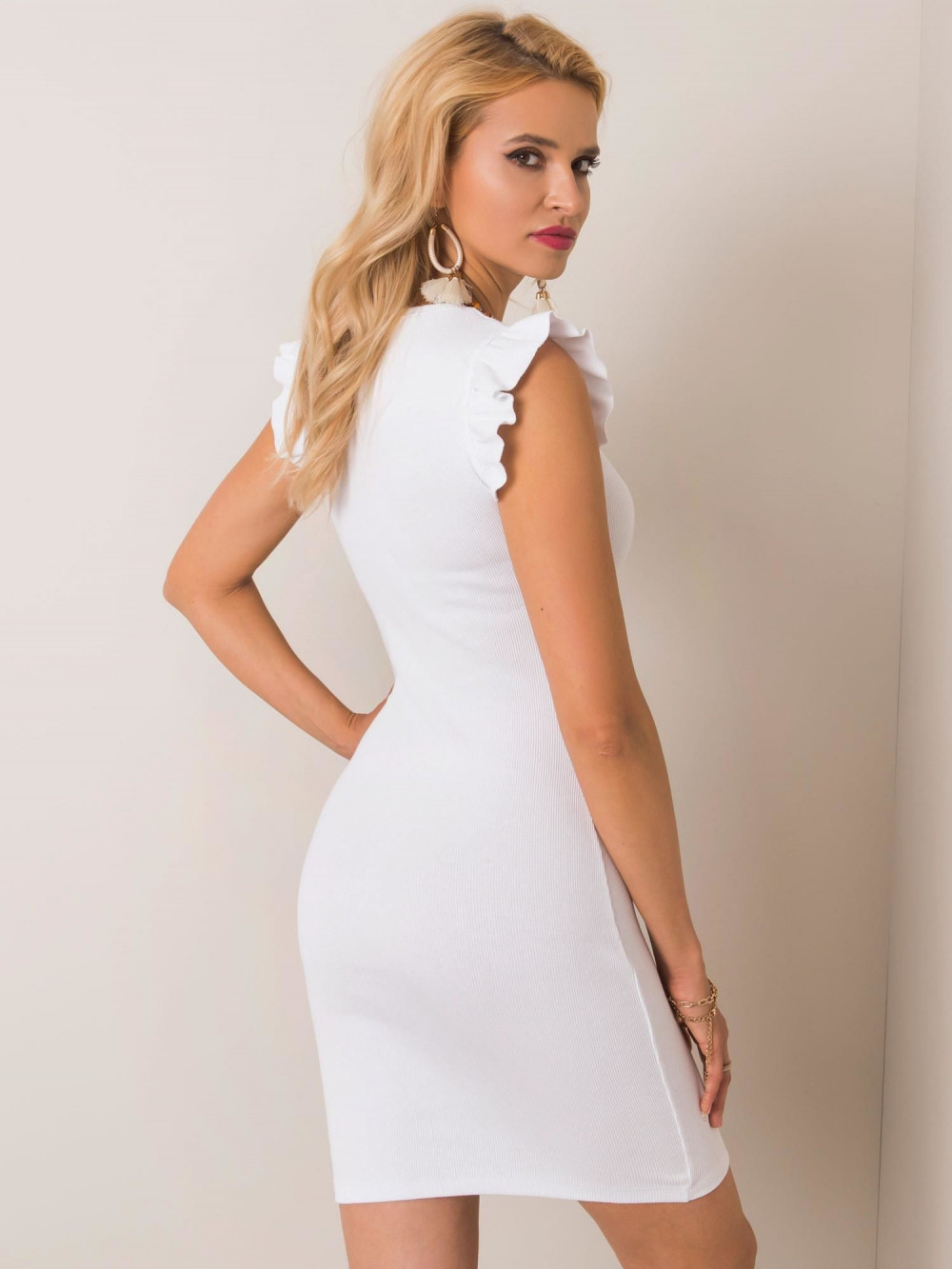 Biała dopasowana sukienka z falbankami na rękawach Biella 2