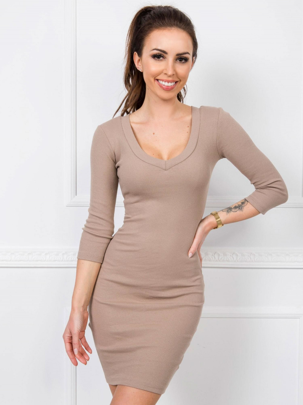 Beżowa dopasowana sukienka V-Neck Paisley 1