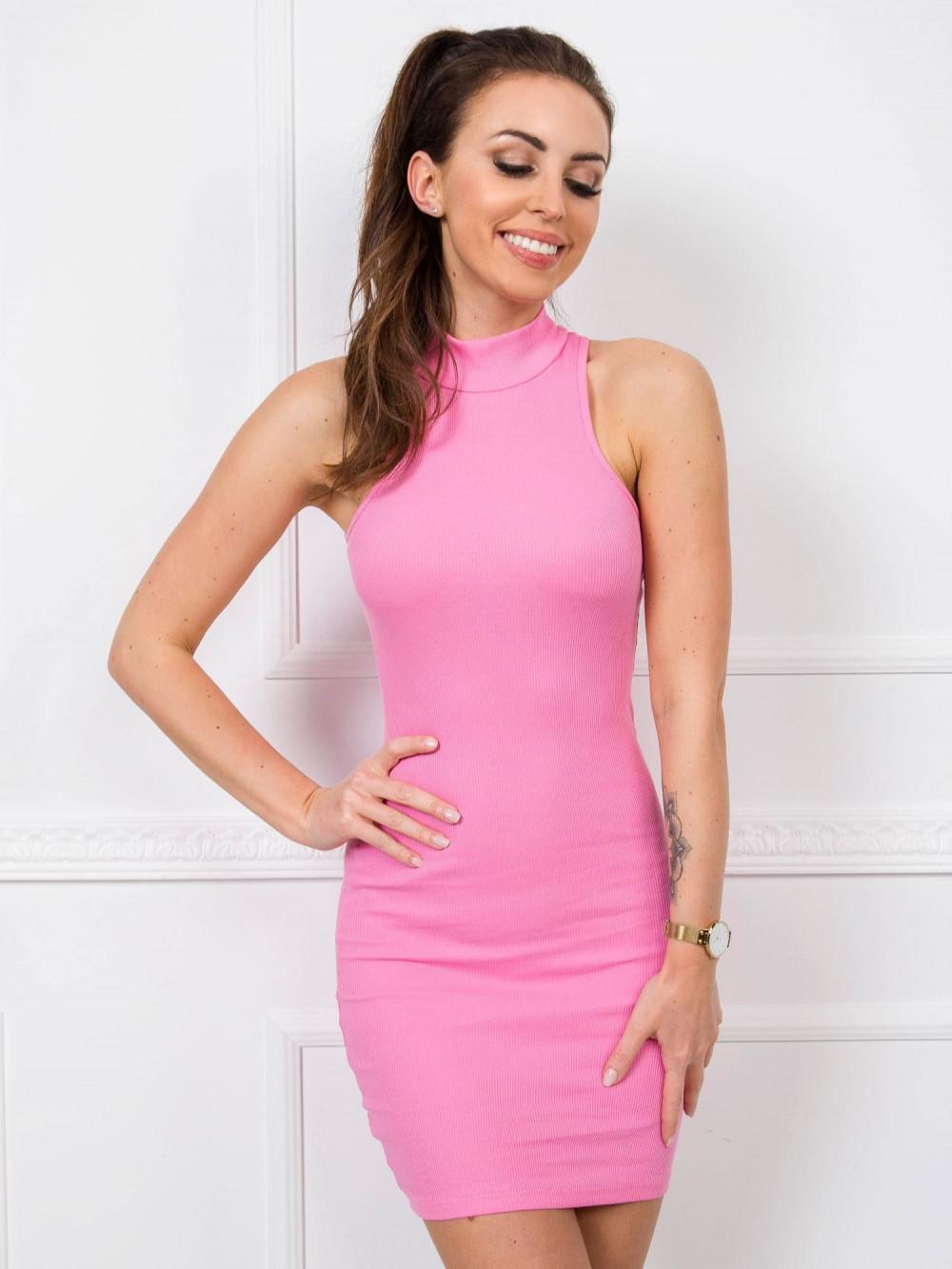Różowa dopasowana sukienka bez rękawów z golfem Soria 1
