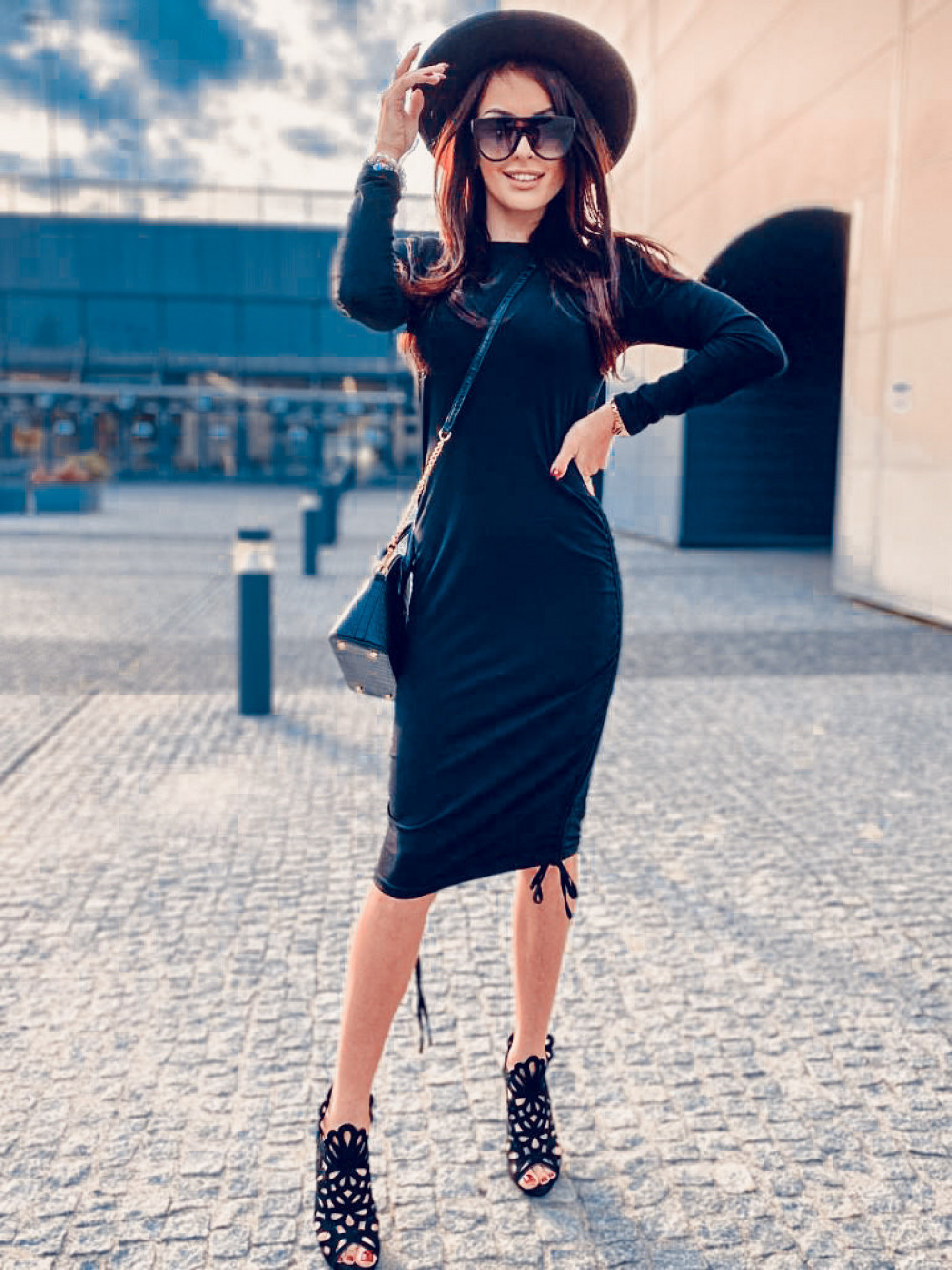 Czarna dopasowana sukienka z wiązaniem Marry 5