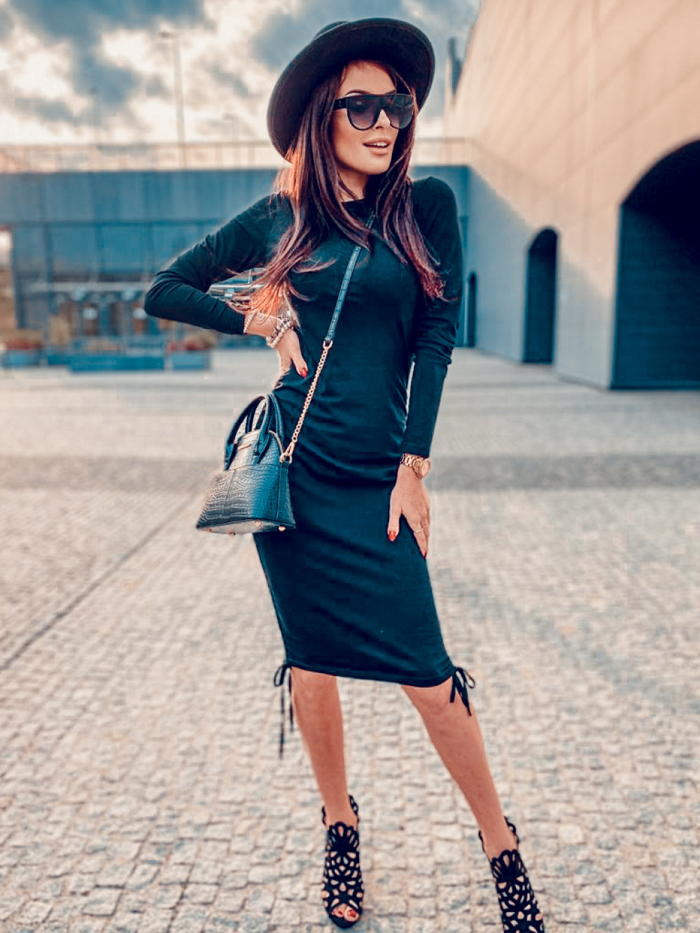 Czarna dopasowana sukienka z wiązaniem Marry 7