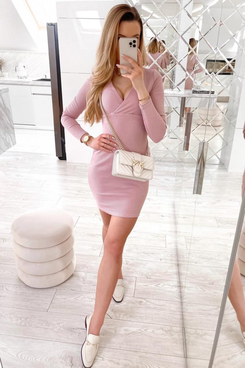 Różowa dopasowana sukienka prążkowana Skins 3