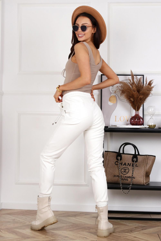 Białe spodnie joggery z eko skóry Street 3