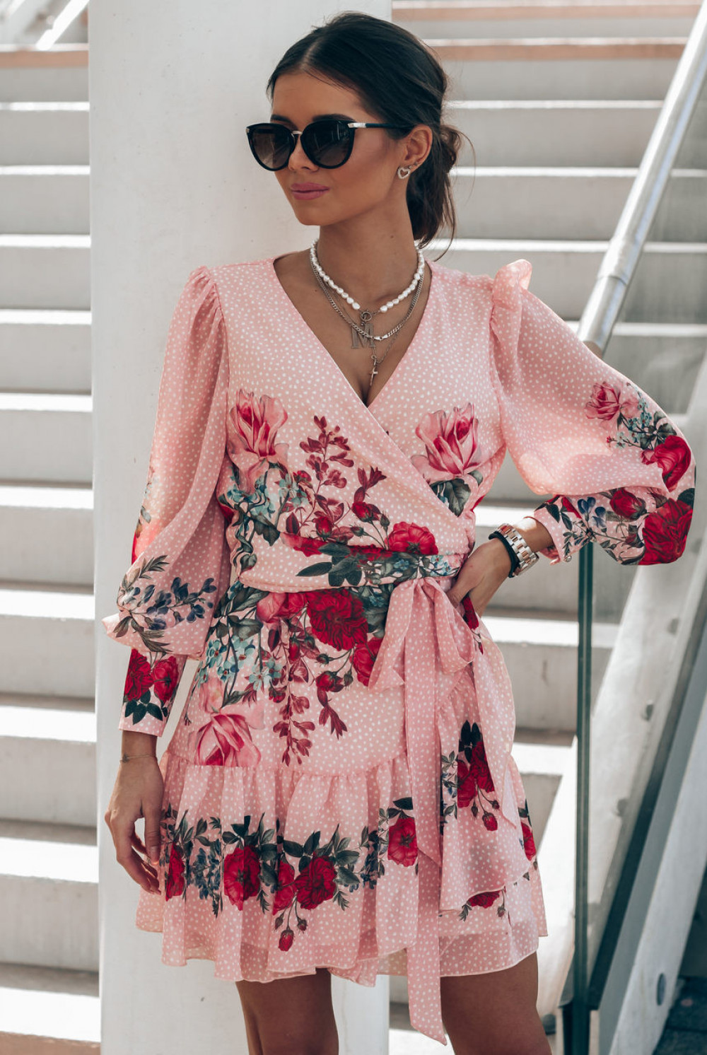 Pudrowo różowa sukienka szyfonowa w kwiaty Flores 1
