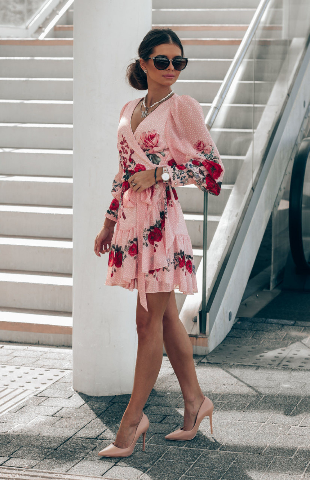 Pudrowo różowa sukienka szyfonowa w kwiaty Flores 3