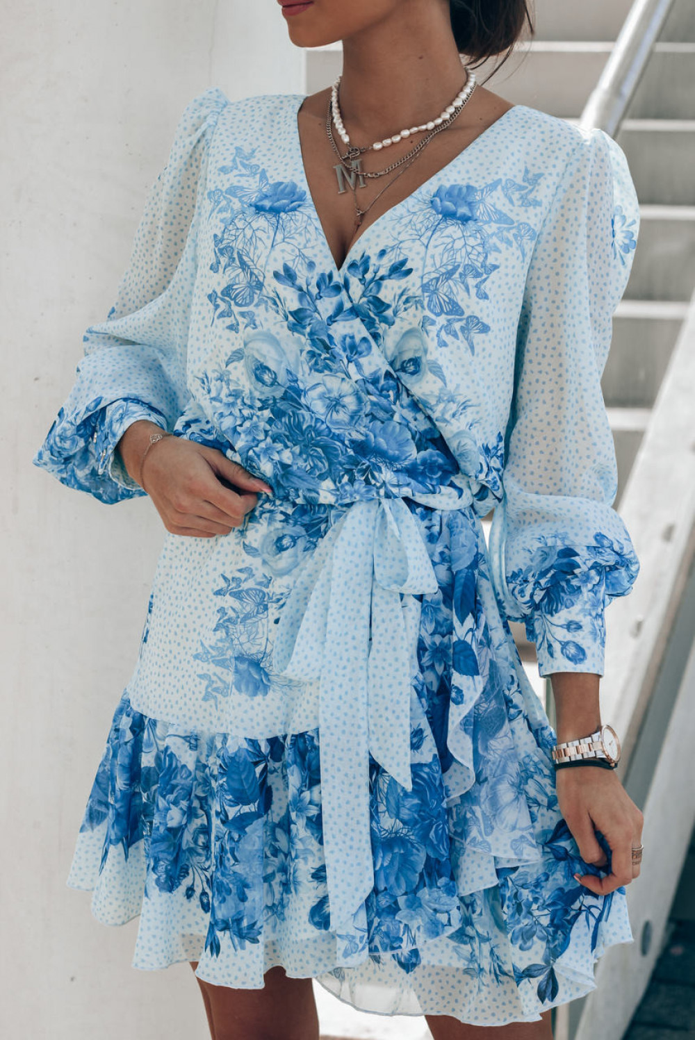 Biało-niebieska sukienka szyfonowa w kwiaty Flores 2