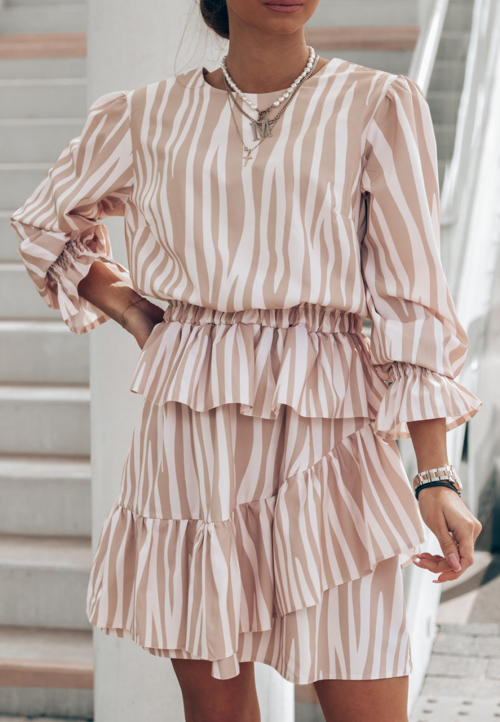 Beżowa sukienka zeberka rozkloszowana z falbankami Merci 2
