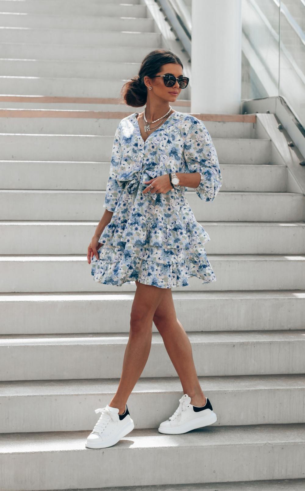 Niebieska sukienka kwiatowa rozkloszowana z falbankami Abella 3