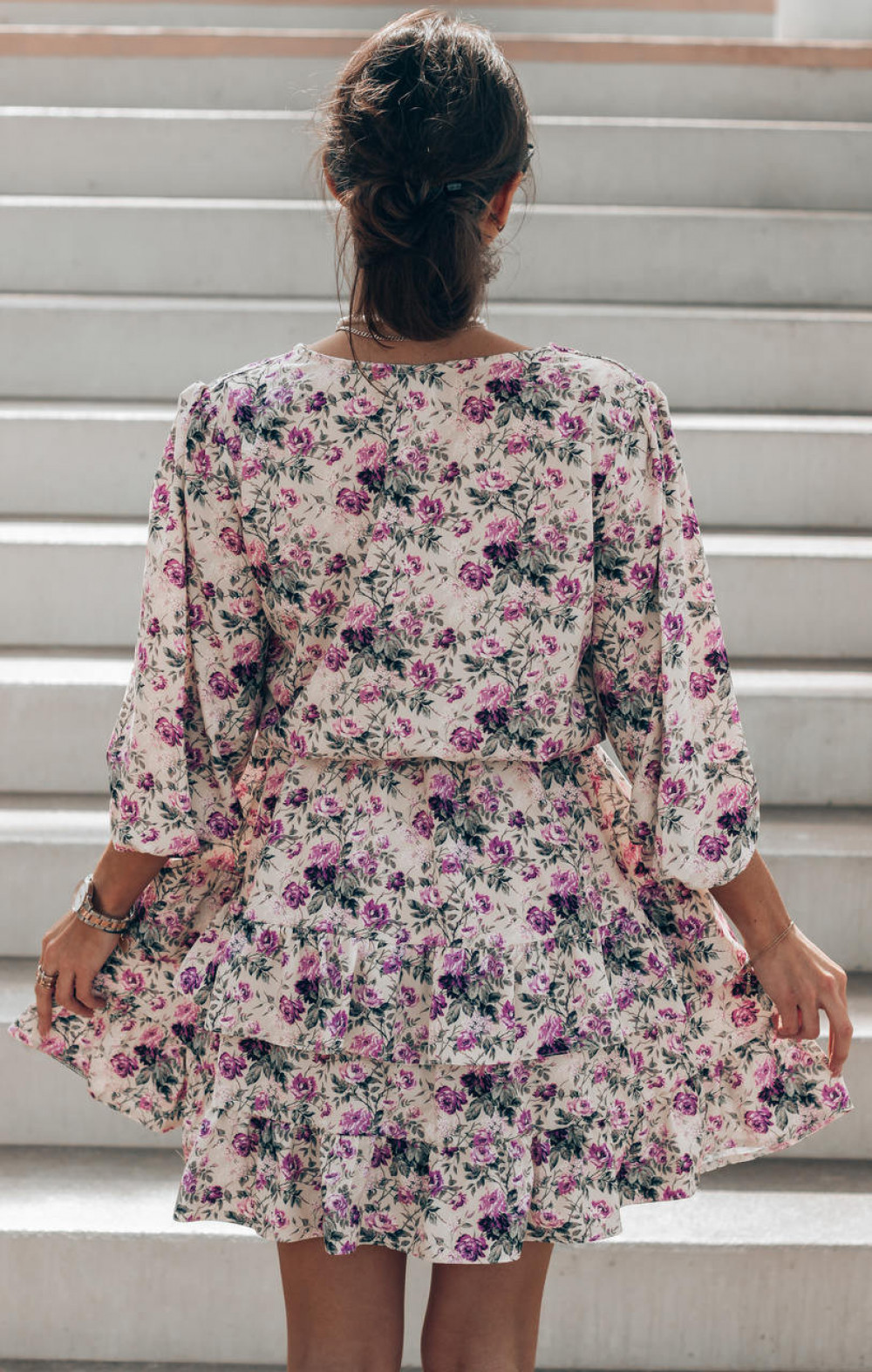 Fioletowa sukienka kwiatowa rozkloszowana z falbankami Abella 4