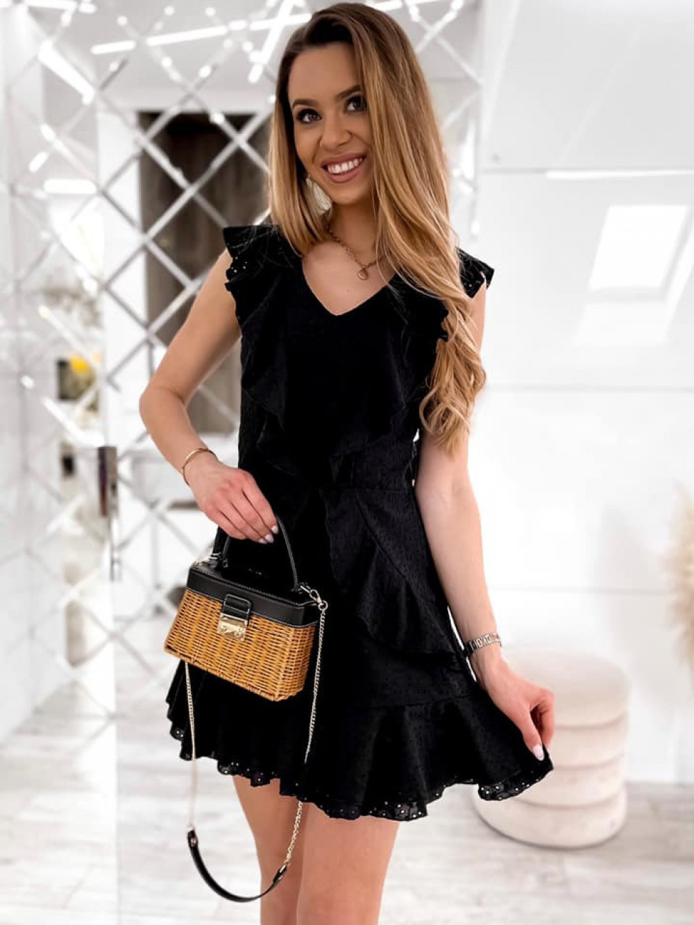 Czarna bawełniana ażurowa sukienka z falbankami Emelina 2