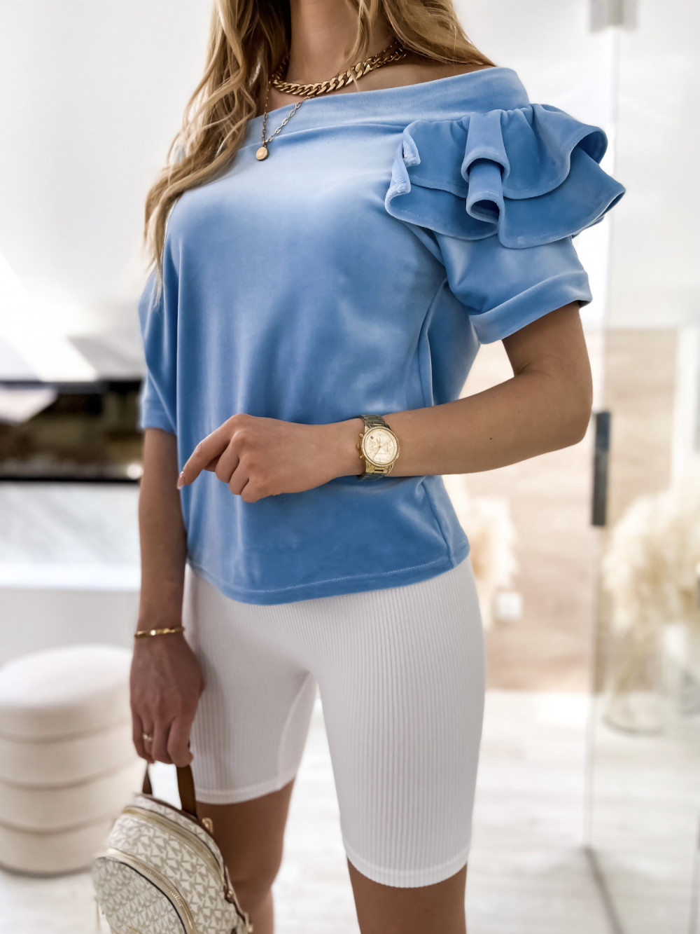 Jasnoniebieska welurowa bluzka z falbankami i krótkim rękawem Wendy 2