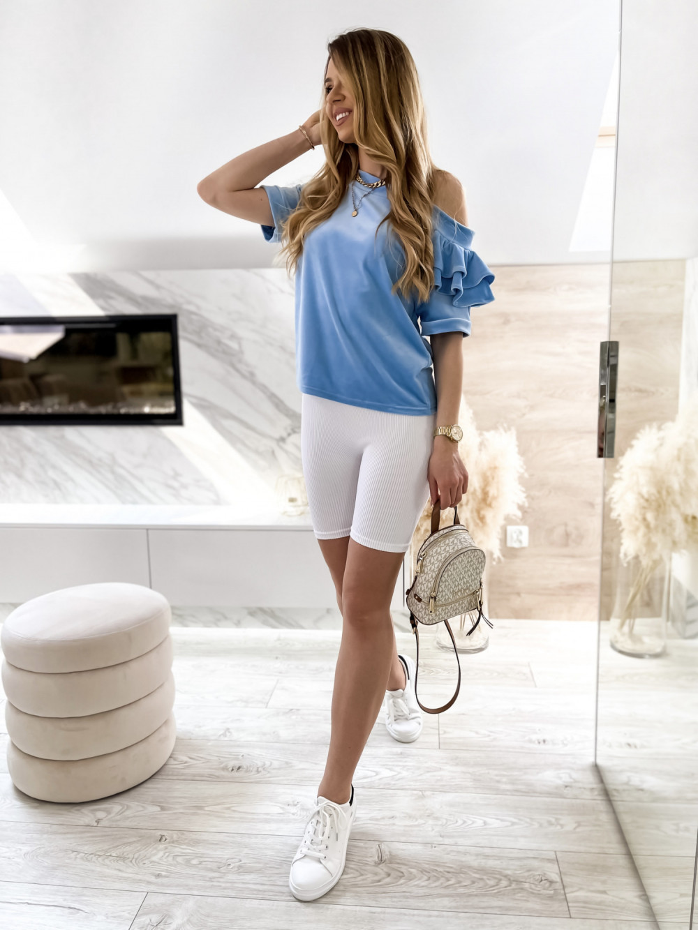 Jasnoniebieska welurowa bluzka z falbankami i krótkim rękawem Wendy 5