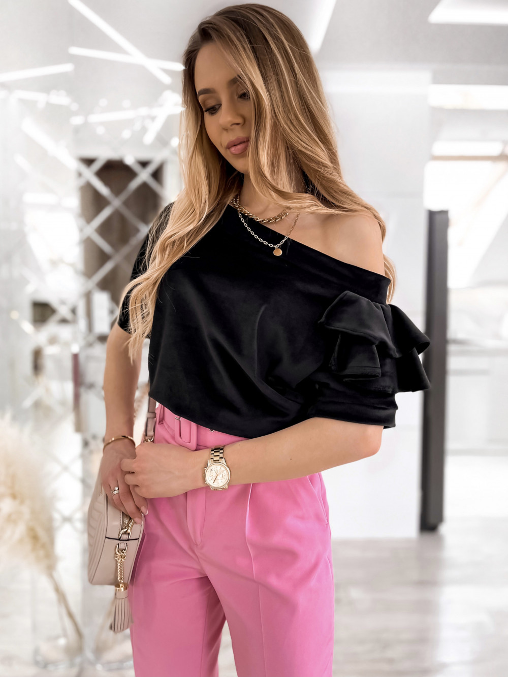 Czarna welurowa bluzka z falbankami i krótkim rękawem Wendy 1