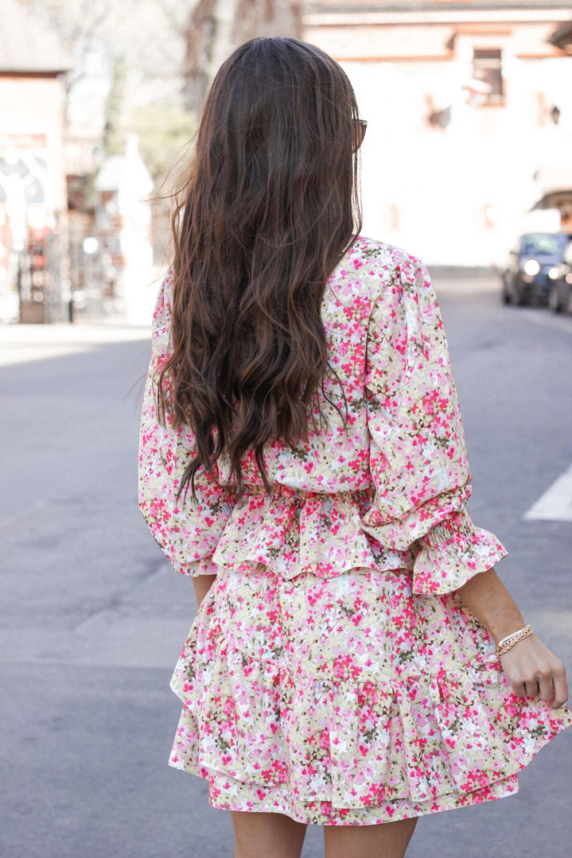 Różowa sukienka rozkloszowana z falbankami Merci 3