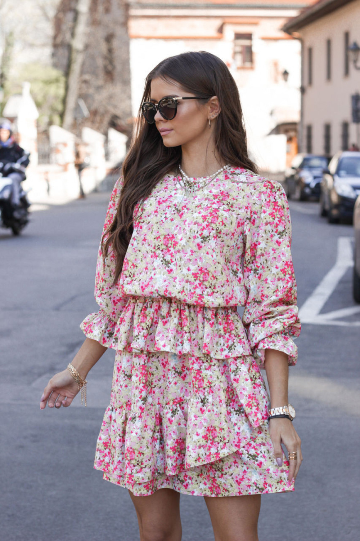 Różowa sukienka rozkloszowana z falbankami Merci 2