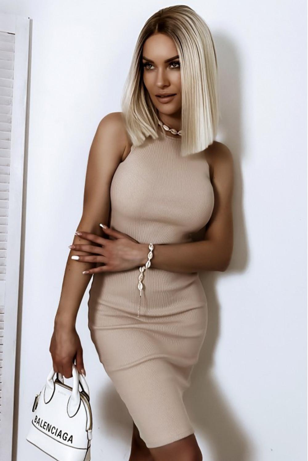 Beżowa dopasowana prążkowana sukienka na ramiączkach Anny 1