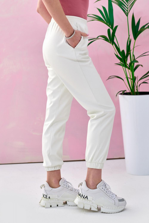 Białe spodnie joggery z eko skóry Emilia 3