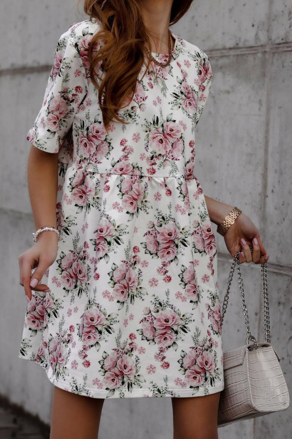Jasnoróżowa kwiatowa sukienka rozkloszowana z krótkim rękawem Isabel 1