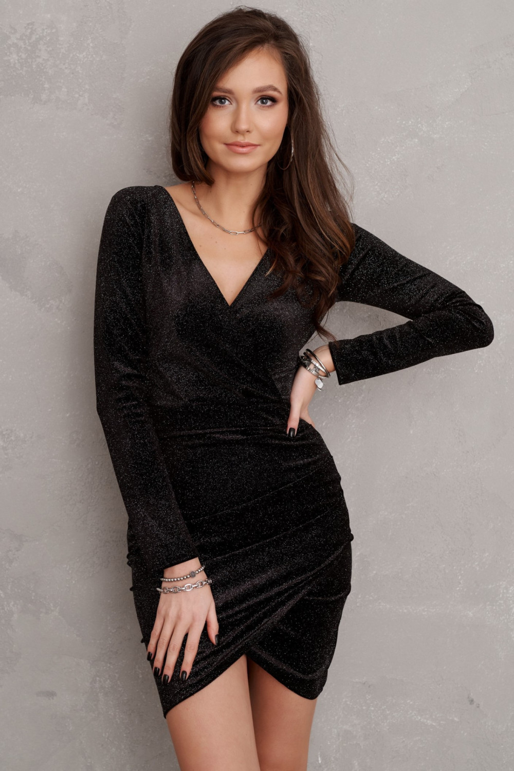 Czarna brokatowa sukienka przekładana V-Neck Flavie 1