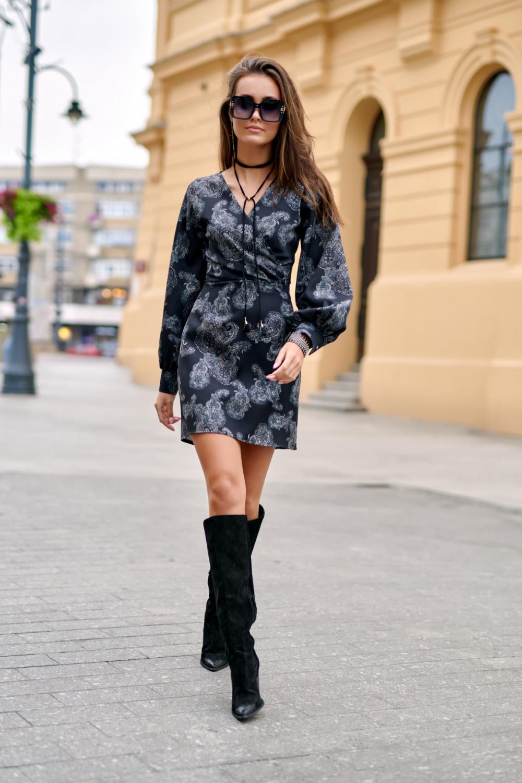 Czarna sukienka kopertowa z bufiastymi rękawami we wzory Johanne 2