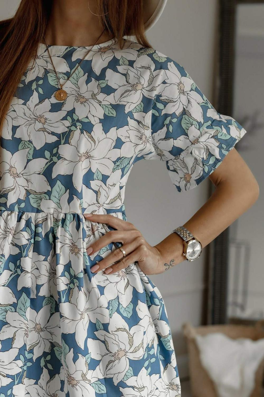 Niebiesko-biała kwiatowa sukienka rozkloszowana z falbankami Livie 3