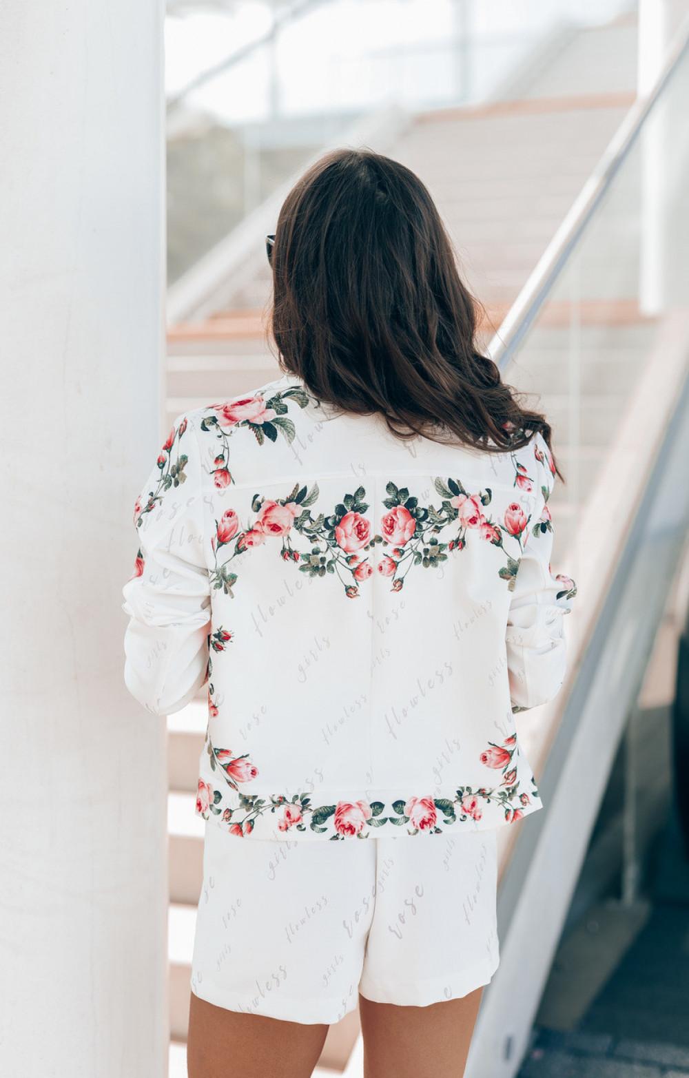 Biały kwiatowy komplet damski z szortami i kataną Charline 4