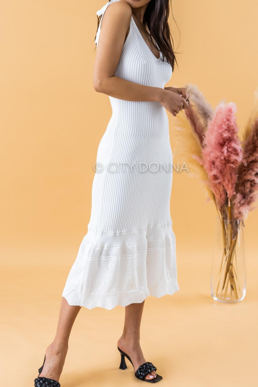 Biała dzianinowa sukienka z falbanką na ramiączkach midi Riley 2