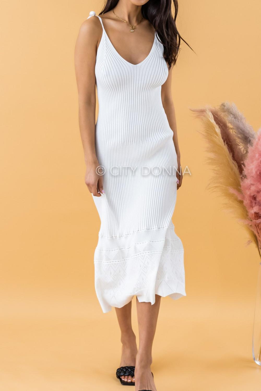 Biała dzianinowa sukienka z falbanką na ramiączkach midi Riley 3