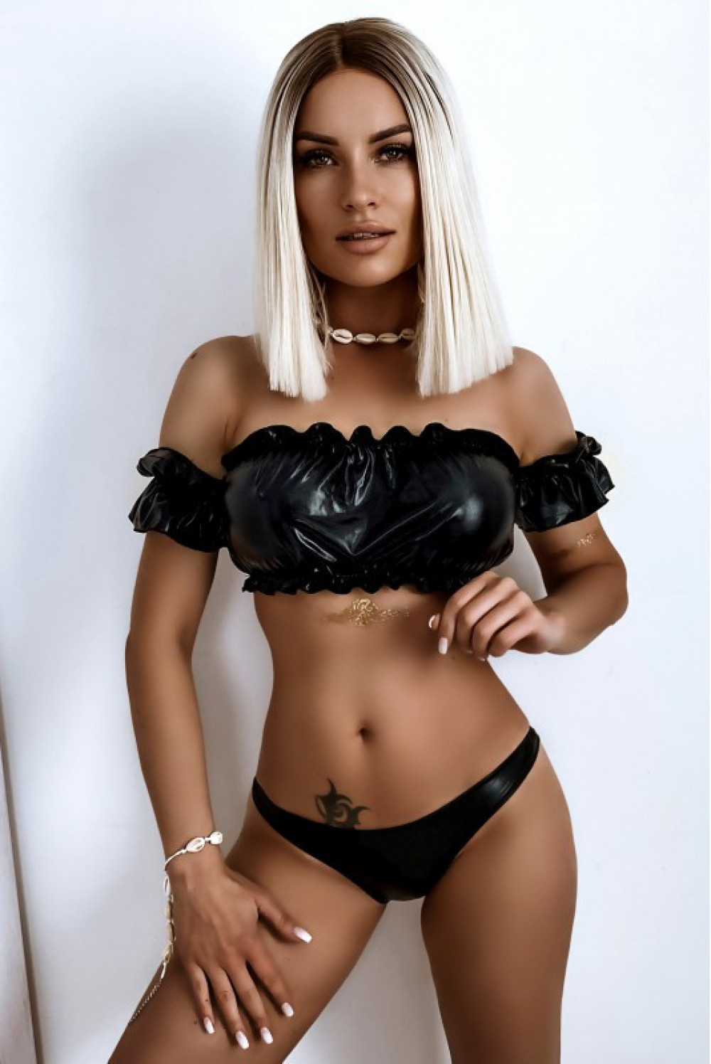 Czarne połyskujące bikini z topem hiszpanką Leah 1
