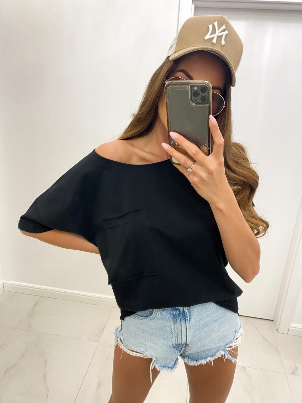 Czarny luźny asymetryczny t-shirt z kieszonką Arabela 1