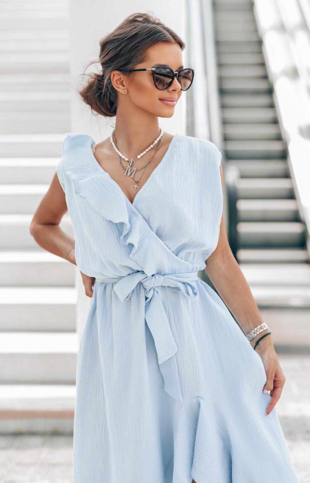 Jasnoniebieska muślinowa asymetryczna sukienka z falbankami midi Aria 2