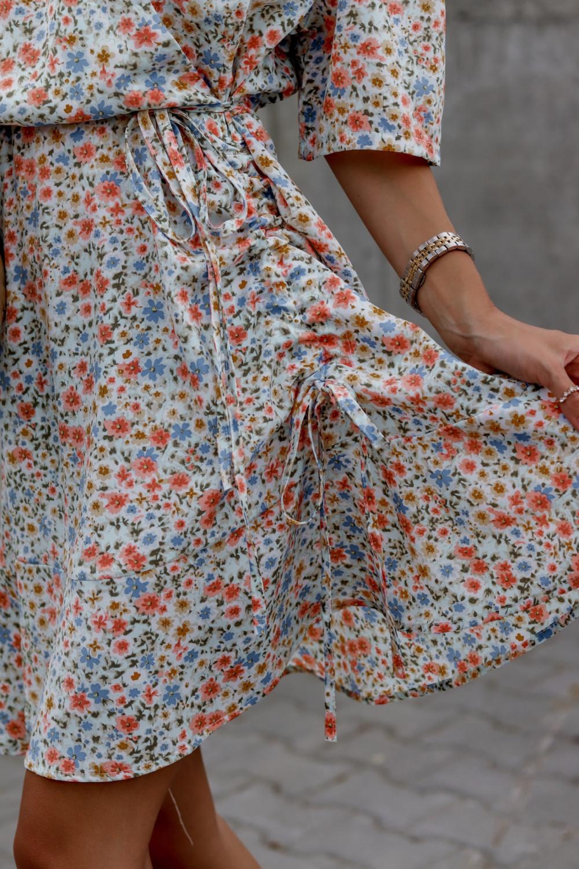 Niebieska kwiatowa sukienka kopertowa V-Neck Aster 4