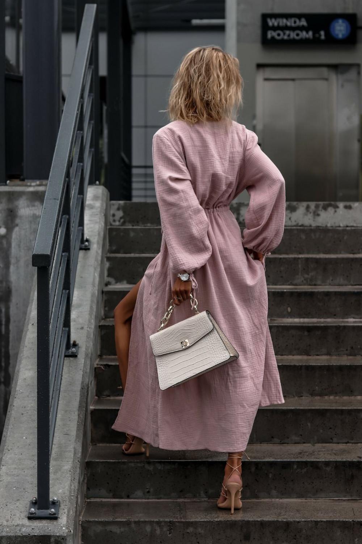 Różowa muślinowa sukienka przekładana z bufiastymi rękawami Ella 5