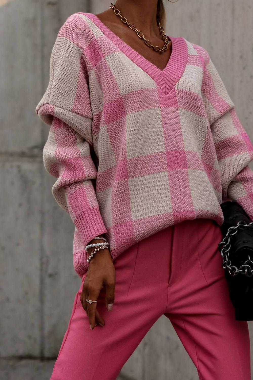 Różowy sweter oversize V-Neck w kratkę Maya 1