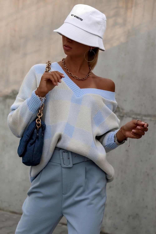 Niebieski sweter oversize V-Neck w kratkę Maya 1