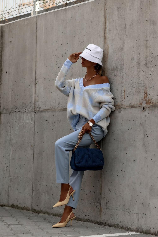 Niebieski sweter oversize V-Neck w kratkę Maya 2