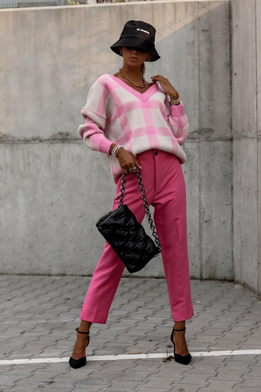 Różowy sweter oversize V-Neck w kratkę Maya 3