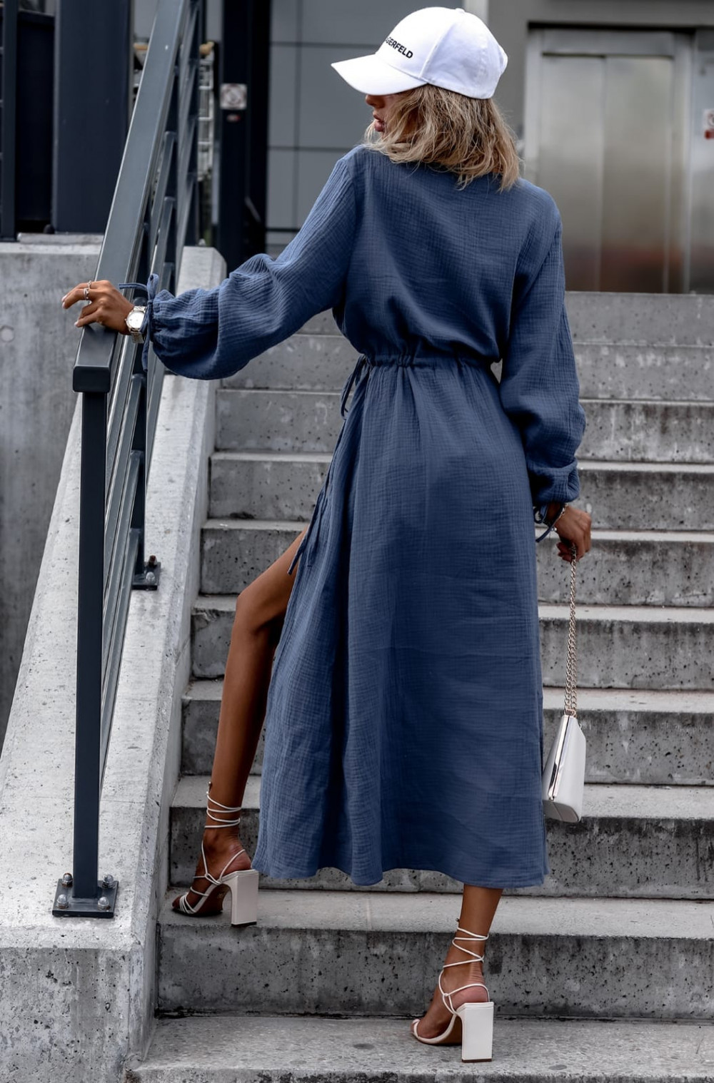 Niebieska muślinowa sukienka przekładana z bufiastymi rękawami Ella 4