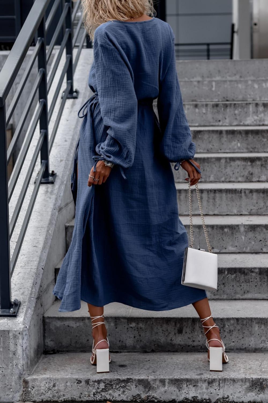 Niebieska muślinowa sukienka przekładana z bufiastymi rękawami Ella 5