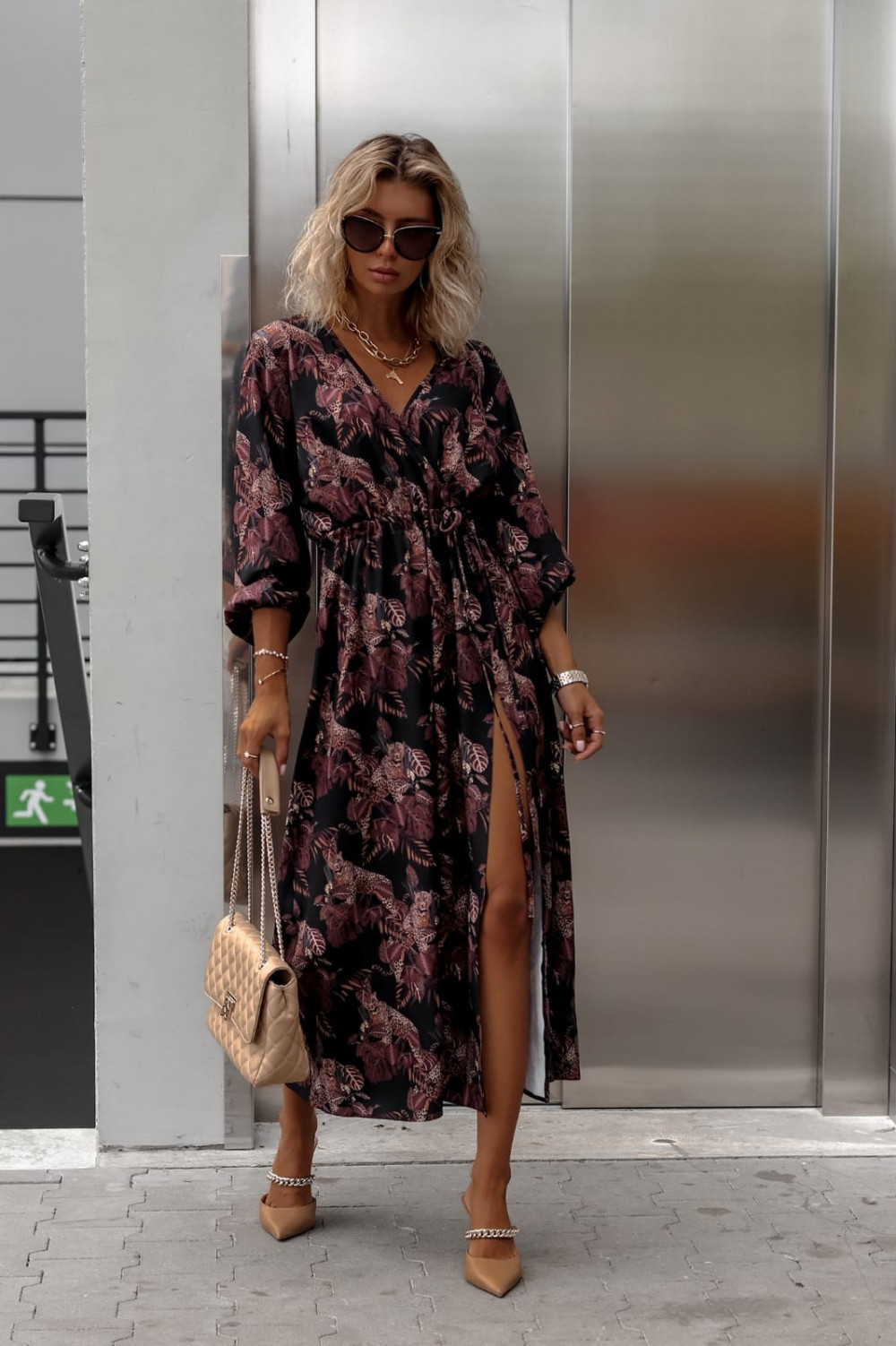 Czarna sukienka przekładana z bufiastymi rękawami we wzory Sophia 2