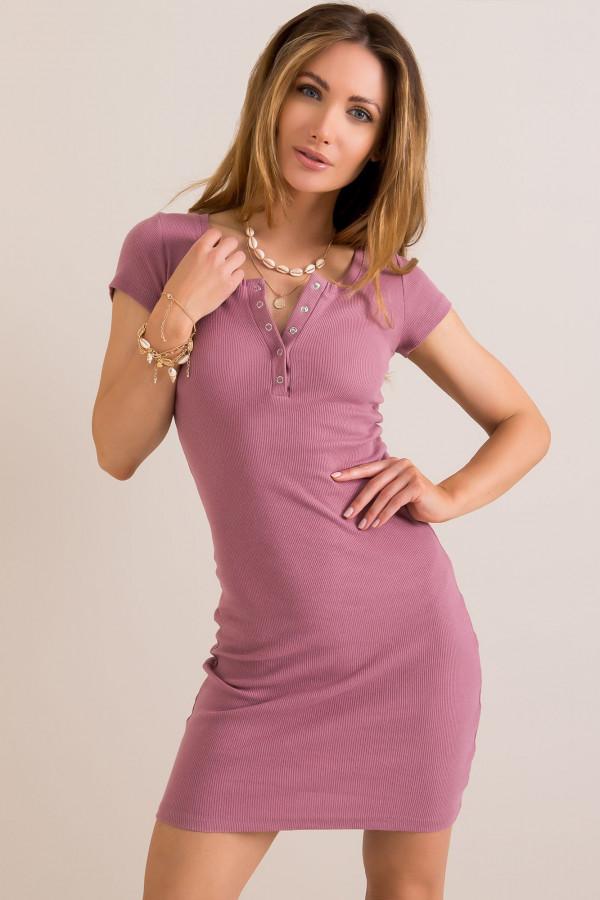 Brudnoróżowa dopasowana sukienka z krótkim rękawem Ally