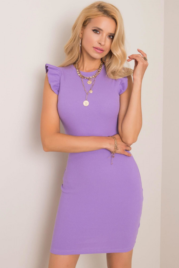 Fioletowa dopasowana sukienka z falbankami na rękawach Biella
