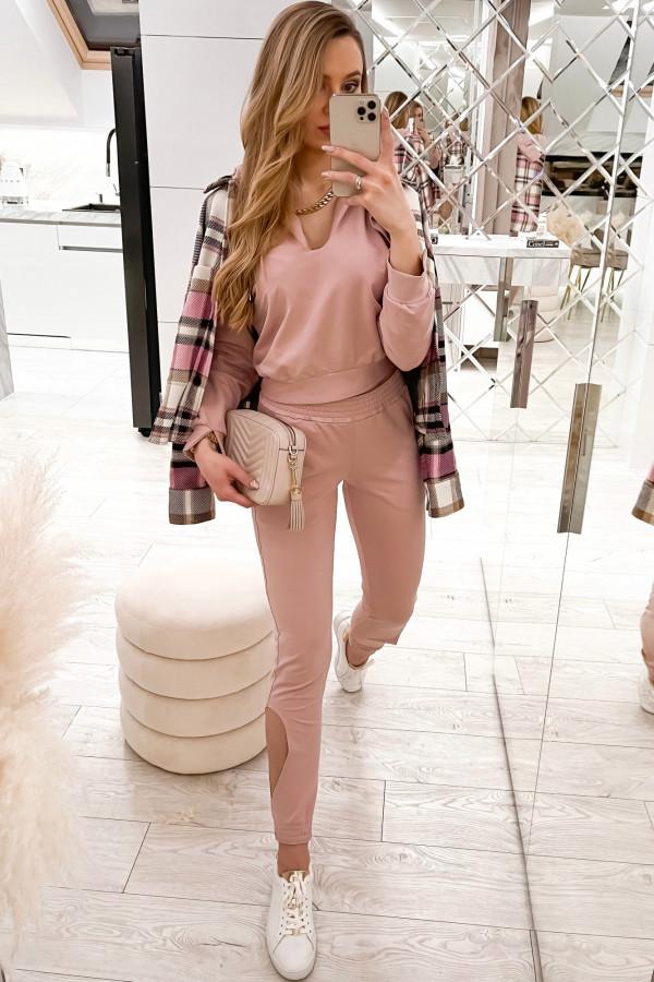 Pudrowo różowy komplet dresowy z wycięciami Savage